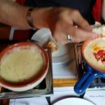 Heerlijke kaas fondue. Met lekker brood, salade en wat groentes.