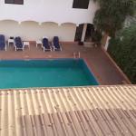 Vue piscine mais aussi plafond sale