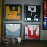 les maillots de rugby décorent le restaurant
