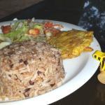 Tintenfisch in kreolischer Soße mit Reis und Kochbananen