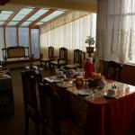 Salle de petit déjeuner lumineuse et calme