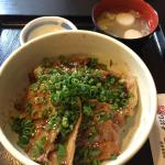 今日の日替わり定食680円 豚丼 焼き鳥風な甘辛い味と炭火風味のタレがご飯にマッチ