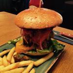 XXL Spicy Bacon Burger - sehr lecker - könnten für 18,60 Euro etwas mehr Pommes sein.