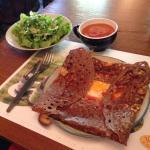 Crêpe piperade avec une salade en accompagnement et une bolée.