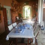 Il portico con la tavola pronta per la colazione