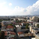 Вид из окна на город и горы