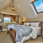 Cottage-Master bedroom with mountain views