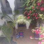 Vista del patio interior desde la terraza, con las mesas preparadas para el desayuno