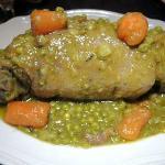 Stinco di maiale lardellato con cotenna con contorno di piselli e carote