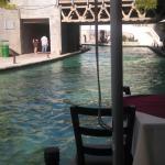 El rio artificial visto desde la terraza del restaurant