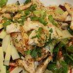 "Saisonaler Salat ""Straßenrenner"" mit hausgemachtem Himbeer-Olivenöl-Dressing, Truthahn, Käse"