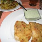 Gefülltes Schnitzel mit Bratkartoffeln und Grüner Soße (18,45 €)
