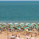 La spiaggia con i posti spiaggia riservati aigli ospiti dell Hotel Katja.
