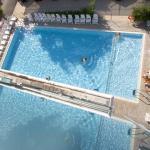 La piscina dell'Hotel Katja vista dall'alto.