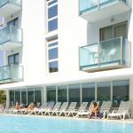L'Hotel Katja visto dalla piscina ad uso esclusivo dei suoi ospiti.