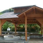 駅の隣に無料足湯所もあります