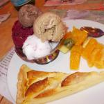 Glace , fruits au sirop , tarte maison