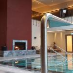 piscina interna com cascata