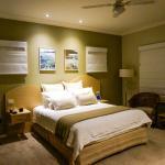 Bedroom (Queen Suite)