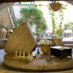 Salón con chimenea y prensa de aceite de oliva