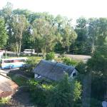 Вид из окна на дорогу, по которой въезжают в Черновцы