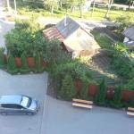 Вид из окна на бесплатную стоянку и нашу машинку.