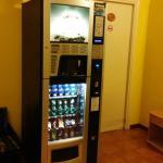 Это автомат с напитками и снеками.