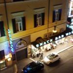 Вид из окна на вечернюю улицу.