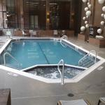 piscina interior con jacuzzi