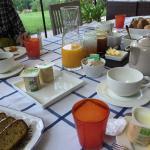 バルコニーから朝靄の谷を望む テラスでの朝食、他のゲストも英語で会話 花いっぱいの南庭から 玄関の看板