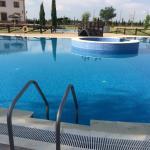 Zona de baño, piscina de adultos con jacuzzi y piscina para niños.