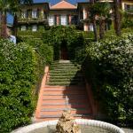 Blick aus dem Garten auf das Hotel