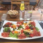 Très rafraîchissante assiette italienne composée de Bresaola, Mozzarella di Buffala, Mesclun  ..