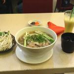 Pho Makanan yang Populer di Vietnam sejenis sup yang disajikan bersama mi beras serta irisan dag