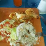Langostinos con arroz con coco y ensalada