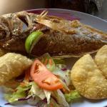 Pescado frito con arepas