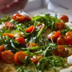 Pizza casavostra com rúcula e tomate da nossa horta