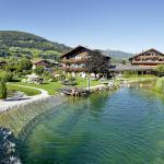 Badesee mit großer Liegewiese und viel Grünbereich ums Hotel