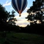 des montgolfières partent d'une ville pas très loin