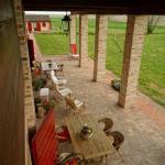 Una foto dall'alto dello splendido portico in cui poter riposarsi e mangiare fuori