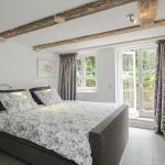Suite, bedroom, at the garden, in the basement