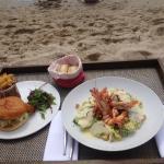 fish burger et salade caesar gambas