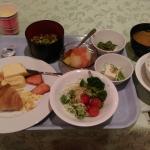 早餐, 自助式的, 飯, 稀飯, 麵包, 沙拉, 果汁, 咖啡都有.