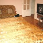большая кровать, диван и телевизор