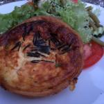 Quiche mit kleinem Salat, Geflügelsülze mit Orangenmayonnaise und Bratkartoffeln, Ausblick von d