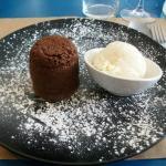 Un fondant au chocolat et sa boule de glace vanille