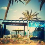 Restaurant,Chillout Area und Sonnenliegen am Strand
