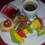 café gourmand avec brochette de fruit et ses petites verrines