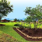 Jardín principal y algunas de nuestras cabañas al fondo