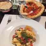 Sehr leckeres Essen ! Nudeln mit Seeteufel , Zucchini und Tomaten , Pizzabrot a la casa und Kart